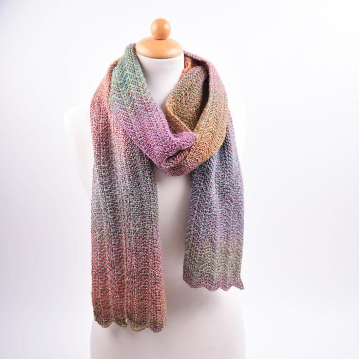 gebreide sjaal in zigzag-patroon   patronen   hobbii - hobbii.nl