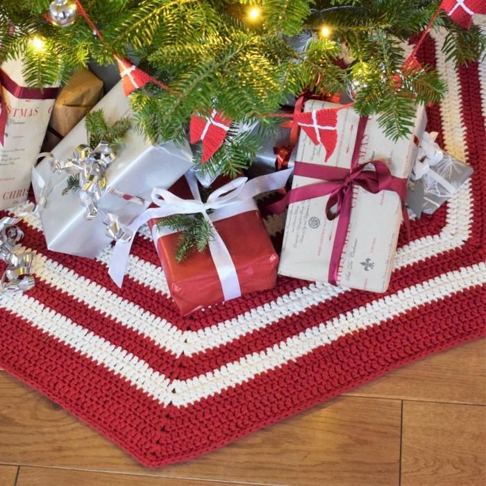 Easy Crochet Christmas Tree Skirt: Crocheted Christmas Tree Skirt - Ribbon